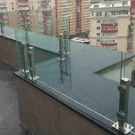 Ограждение из нержавейки и стекла для крыши